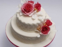 Kāzu torte ar cukura masas parklājumu, stepējumu, cukura rozēm