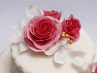 Kāzu tortes dekors rozes, baltas rožu lapiņas, stepējums ar pērlītēm