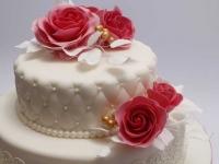 Kāzu torte ar stepējumu un sarkanām cukura rozēm