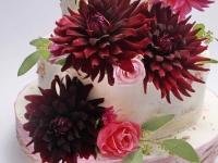 Kāzu torte ar krāšņiem rudens ziediem