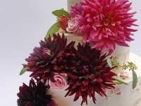 Kāzu torte ar rozēm un dālijām