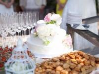 Kāzu torte ar cukura mežģīnēm un dzīvajiem ziediem