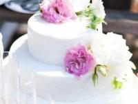 Kāzu torte ar lizantēm un peonijām