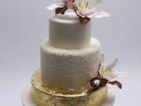 Kāzu torte ar mango krēmu un cukura magnolijām un zeltu
