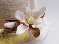 Kāzu torte ar ēdamo zeltu un cukura magnolijām
