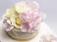 Kāzu torte ar rozēm un hortenzijām