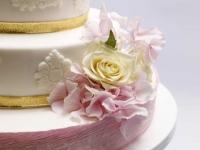 Kāzu torte ar biezpiena krēmu ogu krēmu dekorēta ar hortenzijām