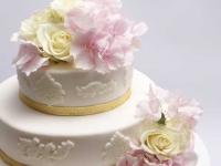 Kāzu torte ar reljefa rakstiem un rozā hortenzijām