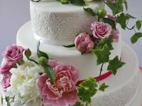 Trīsstāvu biskvīta torte ar vārīto krēmu- peoniju un rožu dekors