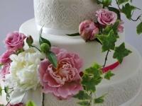 Peoniju un rožu kāzu torte