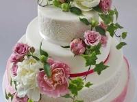 Trīsstāvu kāzu torte ar rozēm un peonijām