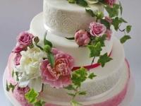 Biskvīta kāzu torte ar cukura masu un ziediem