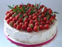 Lauku torte ar vārīto krēmu un zemenēm