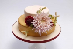 Kāzu torte ar zeltu un rudens ziediem