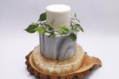 Kāzu torte ar marmora rakstu un cukura lapu vainagu