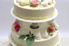 Maskarpones - aveņu trīsstāvu kāzu torte ar bezē un dzīvo ziedu dekoru