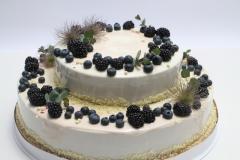 Kāzu torte ar ogām un ziediem