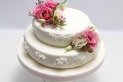 Kāzu torte ar reljefa rakstiem un ziedu motīviem. Dekors ziedi.