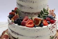 Kailā kāzu torte ar vīģēm un ogām. Tortes piegādājam.