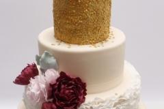 Kāzu torte ar zeltu un cukura rozēm