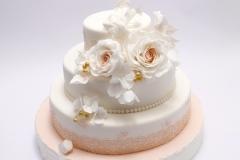 Kāzu torte ar persiku krāsas cukura rožu dekoru un mežģīnēm