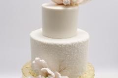 Kāzu torte ar zeltu un cukura ziediem