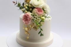 Sviesta - olu biskvita torte ar vārīto krēmu un zemenēm. Dzīvo ziedu dekors.