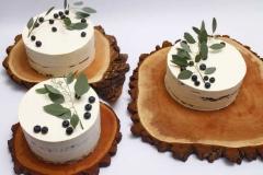 Kāzu tortes ar eikaliptiem un mellenēm uz koka ripām