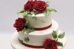 Kāzu torte ar sarkanām cukura rozēm