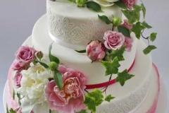 Kāzu torte ar peonijām un rozēm