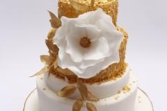 Kāzu torte ar zeltu un cukura ziedu