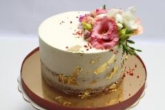 naked cake kāzu torte ar dzīvajiem ziediem un zeltu