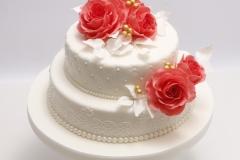 Kāzu torte ar vārīto krēmu un brūklenēm. Sarkanas cukura rozes.