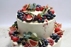 Kāzu torte ar vīģēm, vīnogām un olīvu zariņiem Itāļu stilā.