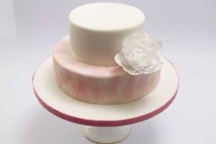 Rozā kāzu torte ar baltu cukura peoniju