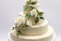 Kāzu torte ar biezpiena krēmu , ogu krēmu. Cukura masas pārklājums, cukura rožu dekors.