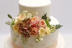 Kāzu torte ar ziedu dekoru
