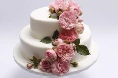 Kāzu torte ar rozā anglu rozēm