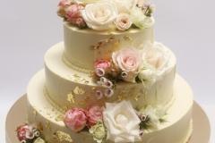 Kāzu torte ar vasaras ziedu dekoru un zeltu