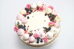 Maskarpones - aveņu torte ar maigu rožīšu dekoru