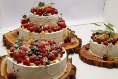 Kāzu tortes ar vārīto krēmu un zemenēm