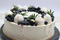 Kāzu torte ar bezē un ogām. Torte ar mellenēm un zeltu.  Skaista kāzu torte.