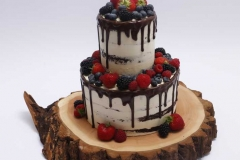 Anglu biskvita torte ar vārīto krēmu, pārlietu šokolādi