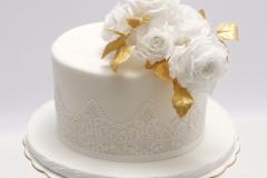 Kāzu torte ar zeltu un baltām cukura rozēm