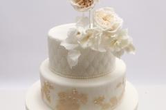 Kāzu torte ar cukura ziediem un pērlēm