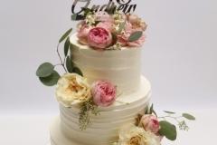 Kāzu torte ar iniciāļiem un dzīvajiem ziediem