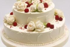 Kāzu torte ar ziediem un ogām