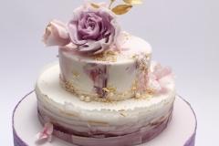 Torte zelta kāzām. Ar cukura masas ziediem, pērļu un zelta dekoriem