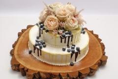 Torte ar rožu dekoru un šokolādi