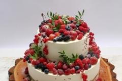 Kāzu torte ar bagātīgu ogu dekoru